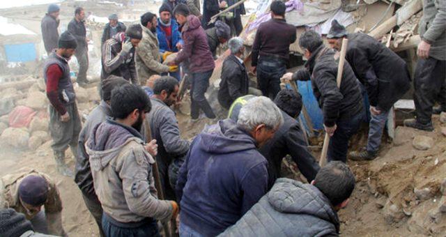 """AFAD'tan Van'daki vatandaşlara """"hasarlı binalara girmeyin"""" uyarısı geldi"""