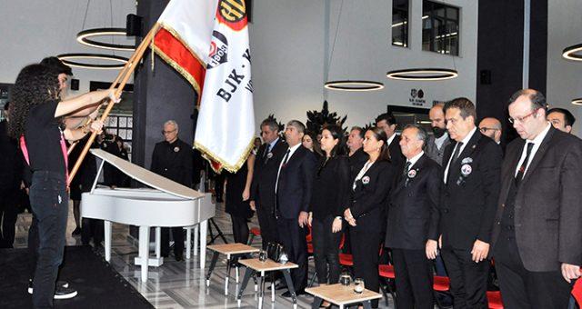 Ahmet Nur Çebi'den Atatürk için saygı duruşu!