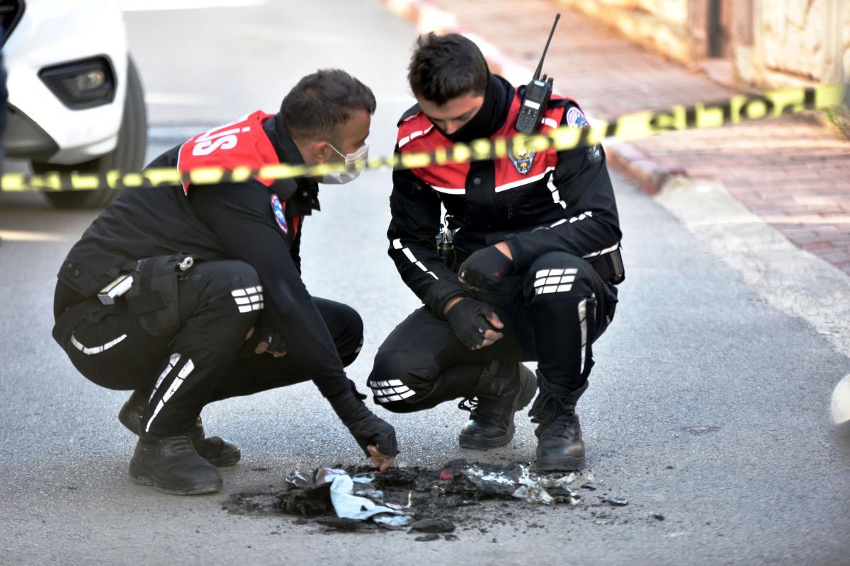 Antalya'da sokakta yunus polisi üniforması ve teçhizatı yakan şüpheli aranıyor
