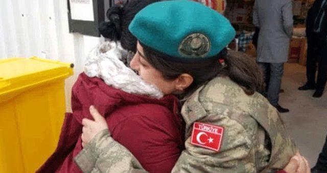 Arnavut depremzede, yardım malzemesi dağıtan Türk subayına sarılıp ağladı
