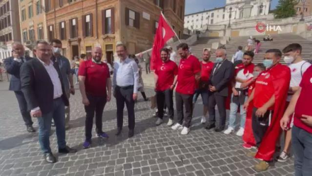 Bakan Kasapoğlu, İtalya'da taraftarlarla milli maç heyecanını yaşadı