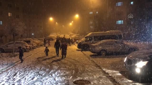 BALIKESİR - Yoğun kar yağışı etkili oluyor