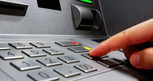 Bankanın hesaplarına yanlışlıkla yatırdığı parayı harcayan çift, hırsızlıktan yargılanıyor