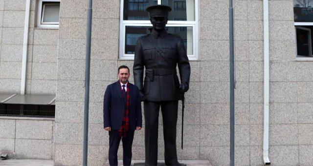 Başkan talimat verdi! Belediye binası önüne dev Atatürk heykeli dikildi