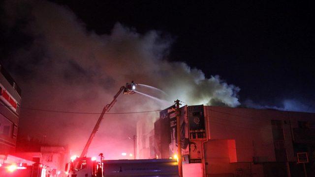 Bir iş yerinde çıkan yangın, bitişikteki 4 dükkanı da küle çevirdi