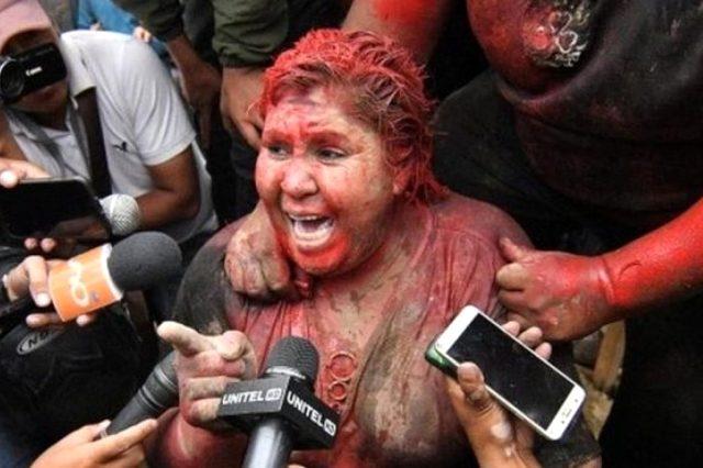 Bolivya protestoları: Zorla saçı kesilen belediye başkanı yalın ayak sokaklarda yürütüldü