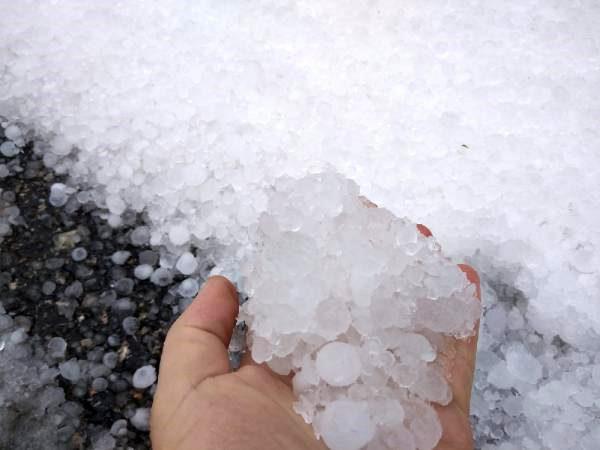 Çatalca'da dolu yağışı! Yollar beyaza büründü, sürücüler zor anlar yaşadı