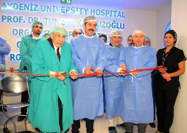Cerrahlar böbrek nakil operasyonlarını canlı yayında izledi (2)