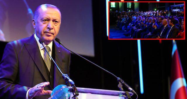 Cumhurbaşkanı Erdoğan, Erdem Bayazıt'ın şiirini okuduktan sonra salonda alkış tufanı koptu