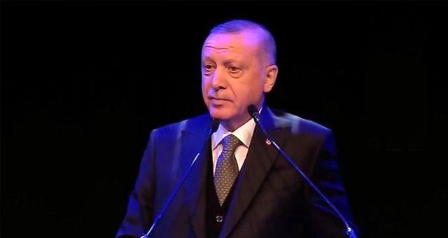 Cumhurbaşkanı Erdoğan, Erdem Beyazıt'ın şiirini okuduktan sonra salonda alkış tufanı koptu