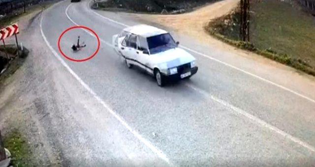 Dehşete düşüren olay! Minik kız seyir halindeki otomobilden yola savruldu