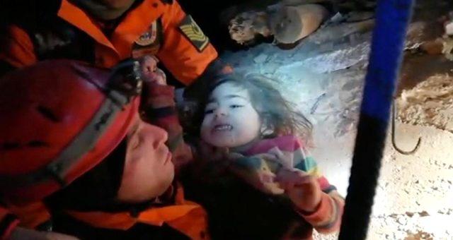 Depremden 24 saat sonra enkazdan 5 yaşındaki çocuk ve annesi çıkarıldı