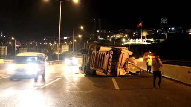 Devrilen kamyondaki yük yola saçıldı