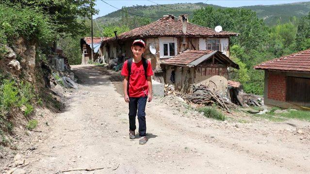 EBA platformundan canlı yayınlanan derslere katılabilmek için her gün bir kilometre yürüyor