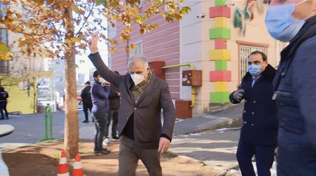 Evlat nöbetindeki ailelere zafer işareti yapan HDP'li vekil hakkında soruşturma başlatıldı