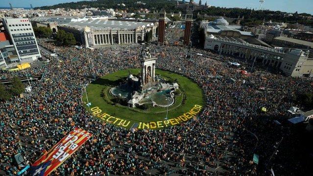 İspanya'da ayrılıkçı 12 Katalan siyasetçiyle ilgili son karar öncesi, dev bir gösteri düzenlendi