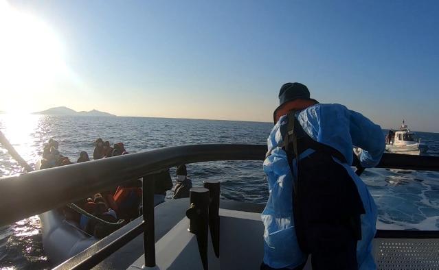 İzmir'de Türk kara sularına geri itilen 33 sığınmacı kurtarıldı