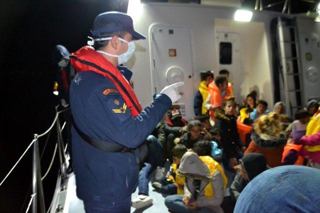 İzmir'de Yunan Sahil Güvenlik unsurlarınca geri itilen 79 sığınmacı kurtarıldı