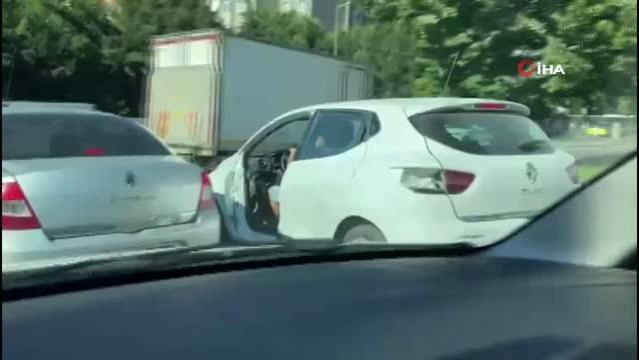 Kapısı olmadan trafikte seyreden otomobil görenleri şaşkına çevirdi