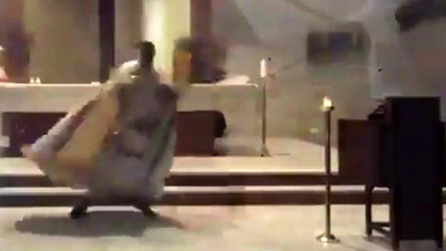 Kilisede ayin yapan papazın Beyrut'taki korkunç patlamadan kaçış anı saniye saniye görüntülendi
