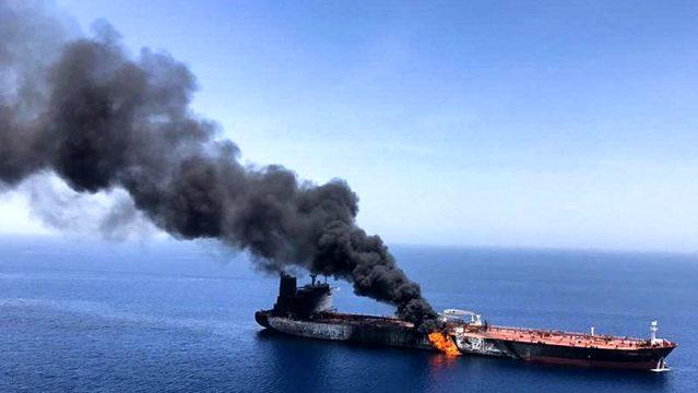 Kızıldeniz'deki İran tankeri, roketle vuruldu