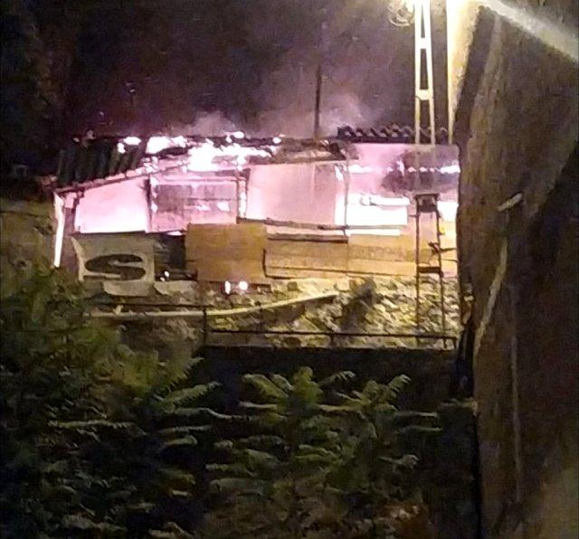 Mangal ateşi eve sıçradı, yangında ev kullanılamaz hale geldi