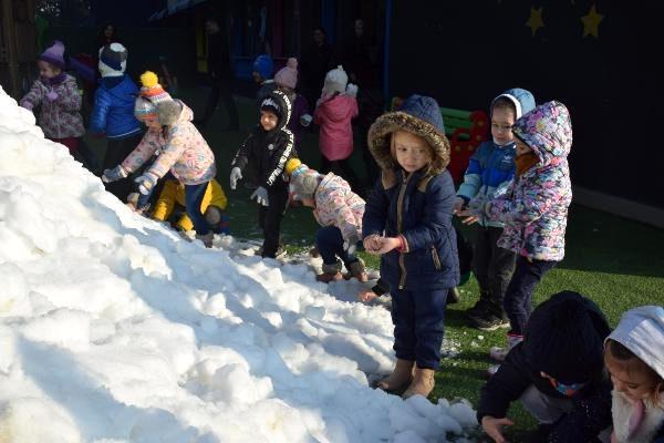 Okul bahçesinde taşıma karla eğlence