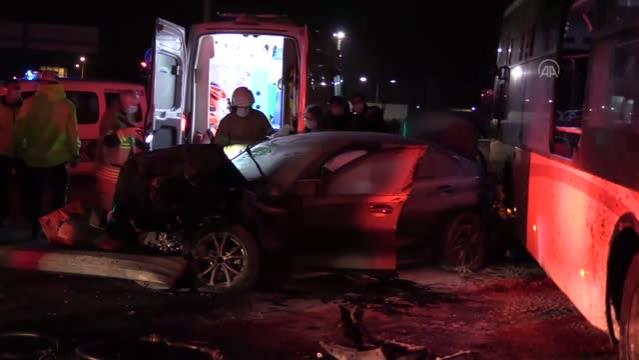 Otomobilin otobüse çarpması sonucu iki kişi yaralandı