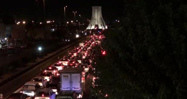 Protestoların büyüdüğü İran'da göstericiler Tahran'a giriş-çıkış yollarını kapattı