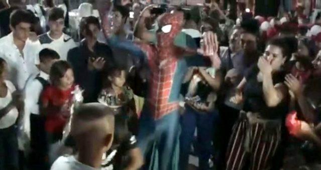 Roman havası oynayan 'Spiderman' konuştu: Farklı kostümler giydim ama Örümcek Adam'ı tanıtmak bir başka heyecan