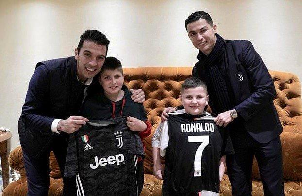 Ronaldo, Arnavutluk'taki depremden kurtulan çocukları ziyaret etti