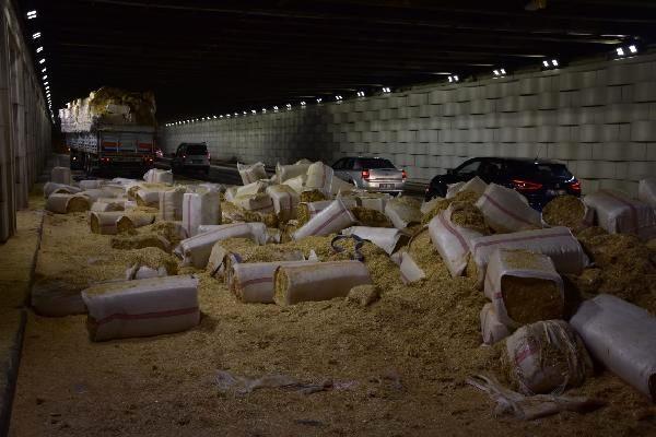 Saman yüklü TIR alt geçide sıkıştı, saman balyaları yola dağıldı
