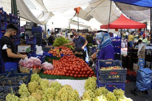 Semt pazarlarında yaşanan ürün bolluğu nedeniyle sebze ve meyve fiyatları düştü