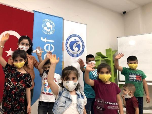 Son dakika haberi | İzmir'de sığınmacı kadınlar çocuklar için kumaş maske dikiyor