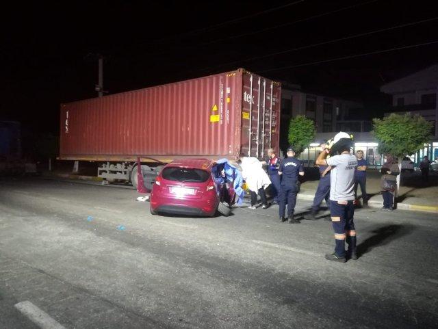 Son dakika haberi | Otomobil yol kenarındaki tır dorsesine çarptı: 1 ölü, 1 yaralı