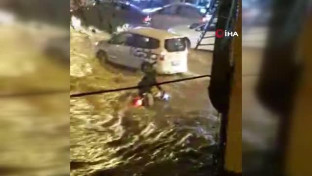 Son dakika haberi! Sel suları otomobil ve motosikleti sürükledi... Motosiklet sürücüsünün motoruyla sürüklendiği anlar kamerada