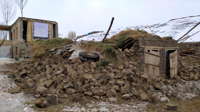Son Dakika: İran'daki 5.9 büyüklüğündeki deprem Van'da kerpiç evlerin yıkılmasına neden oldu