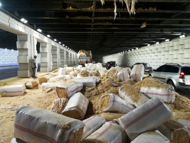 Son Dakika: İzmir'de saman yüklü TIR alt geçide sıkıştı