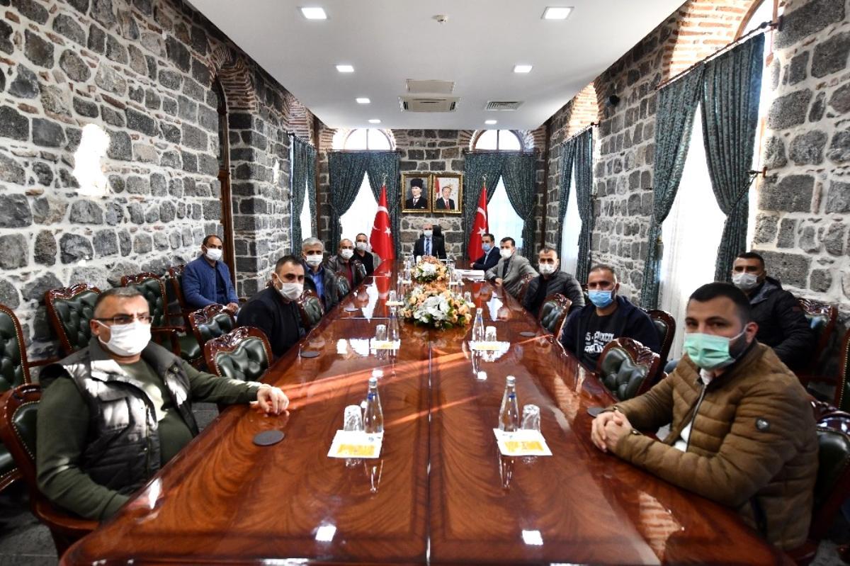 Vali Karaloğlu, İzmir depreminde yemek dağıtan ekibi kabul etti
