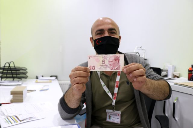 Vezneci, arkadaşlarını uyardığı hatalı parayla 10 dakika sonra kendisi karşılaştı