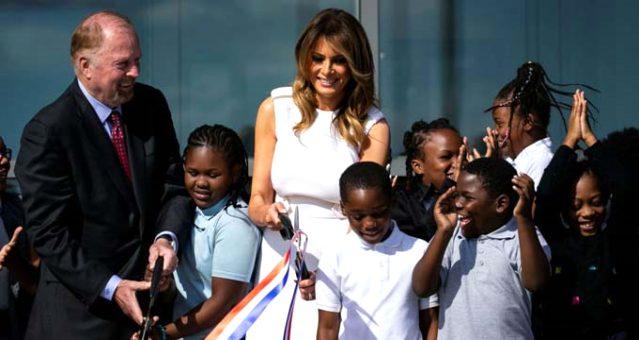 Washington Anıtı'nın açılışına katılan Melanie Trump kurdeleyi bir türlü kesemedi