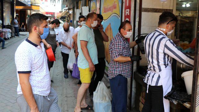 Zonguldak'taki market kurban etlerini ücretsiz kıyma çekince vatandaşlar metrelerce kuyruk oluşturdu